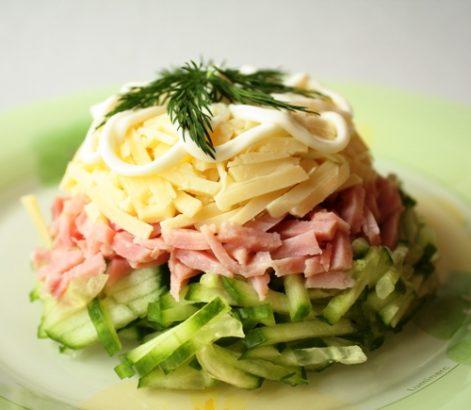 Сырный салат с ветчиной и огурцом фото