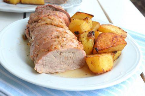 Запеченная свиная вырезка с картофелем