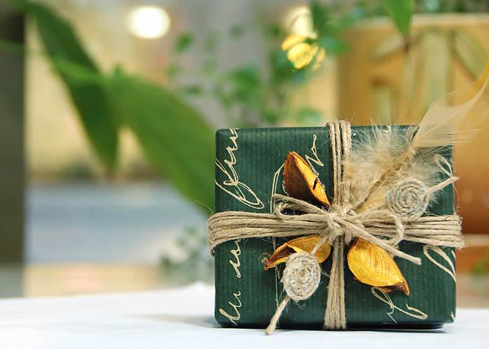 Украсить подарок бумага