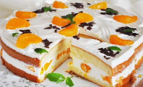 biskvitnyj-tort-s-tvorozhnym-kremom-i-fruktami