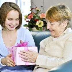 Подбираем подарок для бабушки на день рождения