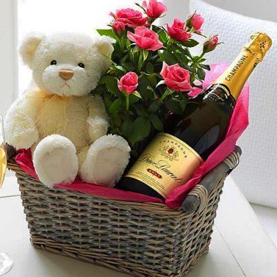 Бутылка вина и коробка конфет
