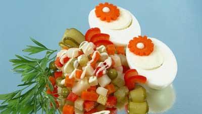 Яйца с майонезом и овощным гарниром фото