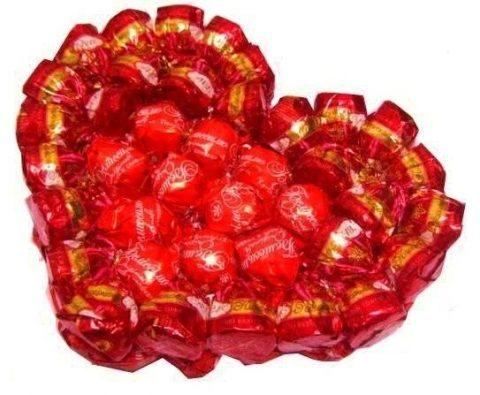 Яркая валентинка из конфет