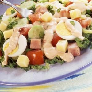 Яйца на овощном салате