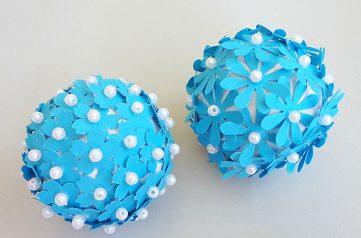 шарик из пенопласта и бумажных цветов