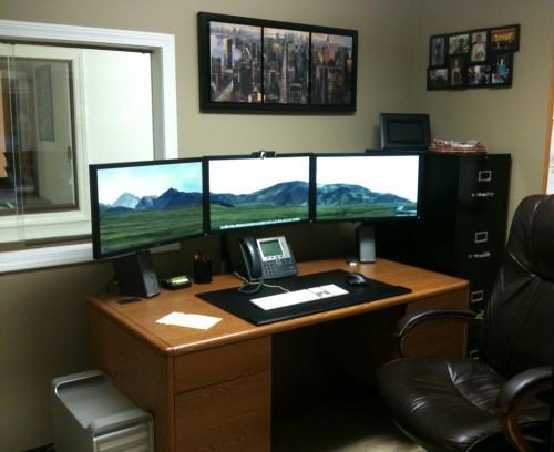 Монитор в офисе