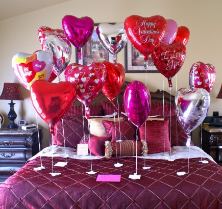 charming-bedroom-decoration-for-valentines-day-with-love-ballons-pink-and-red-color-ideas