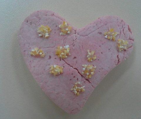 Магнитики-сердечки из соленого теста