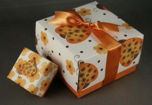 gift wrapper with riffle