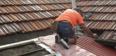 Мужчина работает на крыше