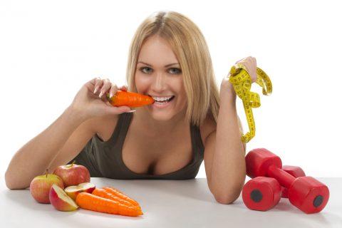 красивая девушка грызет морковку